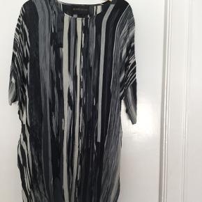Fin kort silkekjole med grafisk mønster i grå og sorte toner.  Prisen er fast og bytter ikke