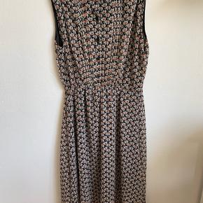 Unik, ærmeløs elefant-kjole 🐘 Gætter på at det er en str M, men der er elastik i taljen så kunne passe både mindre og større størrelser. Sort underkjole syet ind under elefant-stoffet.    Ps Jeg bytter gerne, hvis du har noget spændende 🕵🏻♀️
