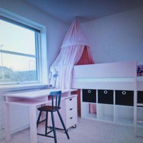 Flot aldrig brugt seng fra Manish seng i specialmalet fra fabrikken lyserød. Med følgende skrivebord og rulleskuffe med hjul til under skrivebordet. Aldrig sovet i. Der kan bygges videre på dette møbel. Kig på deres hjemmeside . BYD. 6710. Der er et par småskrammer fra flytning. Men meget meget lidt.