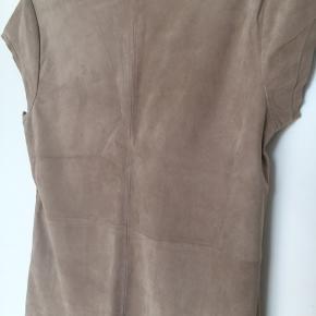 Fed bluse fra Gustav i ruskind. Aldrig brugt.   Prisen er baseret på handel via MobilePay og med billigste fragt.