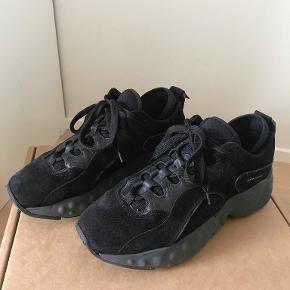 ACNE STUDIOS - manhattan sneakers  Denne sko er i en str 40, og fremstår stortset som nye.  De er købt på acne's egen hjemmeside, hvor jeg gav 2900 for dem. Vil helst gerne så tæt på nypris, men er åben for bud.  Mindstepris for salg: 2000 kroner Stand: 9/10