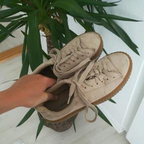 Sælger disse super fede sneaks fra Nelly. De har nogle flaws på den ene sko, men det bemærkes ikke, da de er på indersiden.  De er str. 37-37,5.  Np: 400 kr. Mp: 150 kr. + fragt