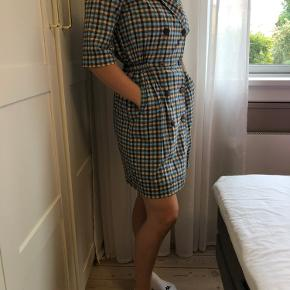 Fin kjole fra Storm & Marie i str. 34, men passer også en S. Kun brugt meget få gange :)