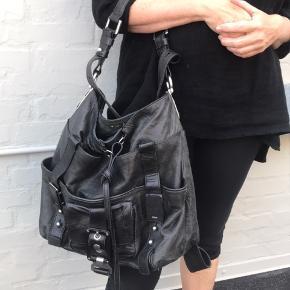 Flot sort Chloe skuldertaske. Taskens bredde er 40 cm. Højde 35 cm. Nypris 9000,- tasken er brugt men i god stand.