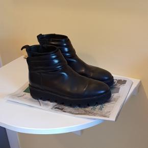 H&M Studio støvler str 41, som ikke er blevet brugt særlig meget. De er lidt store i størrelsen. Skriv hvis du har spørgsmål.