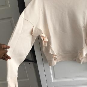 Virkelig fin sweatshirt med flænser.  Farve beige/rosa
