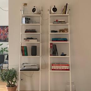 Ikea stigereoler, sælges som et sæt til en god pris  Mål:  Bredde: 44 cm  Dybde: 34 cm  Højde: 190 cm   Nypris 1200kr for begge