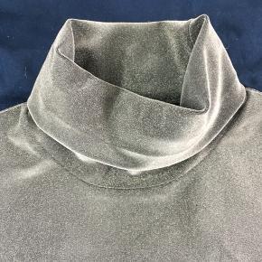 Smuk sølv glimmer top med turtleneck.