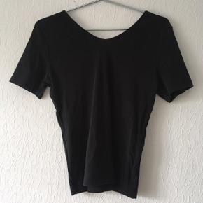 Sort t-shirt m. pufærmer, str. 40