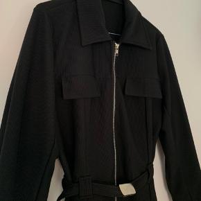 Super fin bluse/blazer med lynlås og bælte fra Comfort 🌚