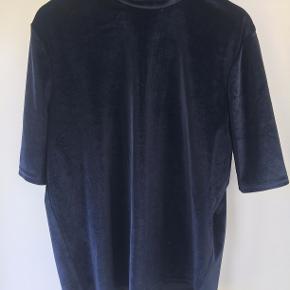 Flot mørkeblå velour trøje med lynlås i nakken. Sælges da jeg ikke bruger den på grund af den høje hals.