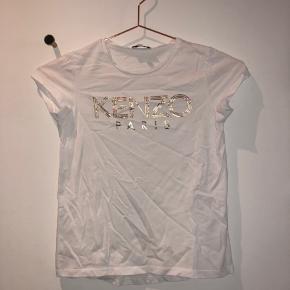 Fed T-shirt fra Kenzo i størrelse 8 år. T-shirten er aldrig brugt, men vasket én enkelt gang. Nypris er 300,-