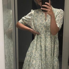 Virkelig fin sommer kjole fra magasins egen kollektion. Aldrig brugt, og i super stand✨