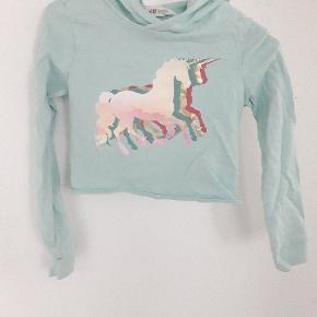 Super fin kort hoodie bluse med hætte. Enhjørning unicorn tryk.