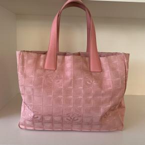 Vintage Chanel taske i den smukkeste lyserøde nuance. Tasken er i god stand, med få mærker på hjørner og inden i - dette fremgår af billederne. Tasken måler 35*26*15 og er derfor den perfekte skoletaske🌸