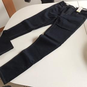 Super lækre jeans med masser af stræk de er så flotte de er nye med tags og aldrig brugt kun prøvet da jeg har alt mig rigtig meget så de ikke kan passe mig øv😊😊😊