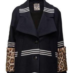 Jeg overvejer at sælge min Damara jakke fra Baum und Pferdgarten hvis rette bud kommer. Jakken er god som ny og har ingen fejl. Jeg er selv en størrelse 34-36, men jakken er købt i en 38 så den sidder lidt oversize
