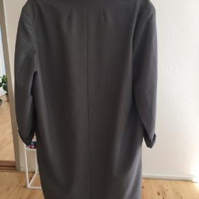 Rigtig sej oversize blazer fra Monki sælges.  Mål på blazeren:  Bryst: 112 cm Længde: 88 cm (målt fra skulderen.)  Mvh. Nina