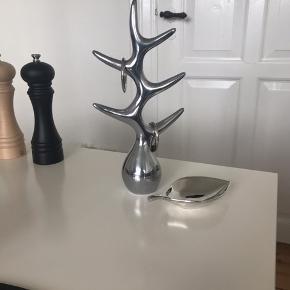 Smykkestativ fra Menu og bladformet fad fra Zara home. Sælges samlet for 100 kr. afhentet i enten Randers eller Århus.