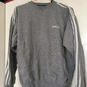 Vintage Adidas sweatshirt. Købt i vintagebutik i Berlin. Lidt forvasket, men ingen pletter eller tegn på slid.