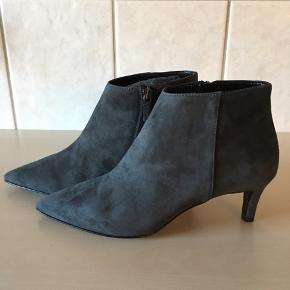 Smukke korte ankelstøvler fra Apair, aldrig brugt kun prøvet på.  Ligger stadig i æske med dustbag.  Skindbeklædt hæle 6,5 cm  Købspris 2599,-