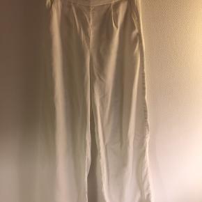 Hvide loose fit bukser i en creme hvid farve fra only. Str s. Brugt mange gange. Køber betaler fragt.