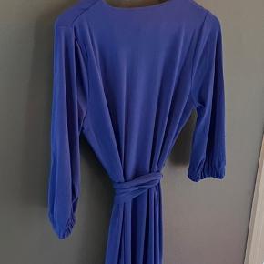 Stadig prismærke i. Fin slå-om kjole fra inwear, som aldrig er blevet brugt.