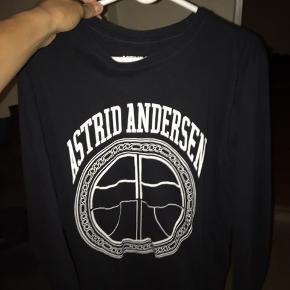 Sælger denne Astrid Andersen trøje  Den er brugt, men stadig meget fin Der er er lille hul nederst i trøjen som næsen ikke kan ses (kig på billede 3) Nypris af trøjen er 1200 DKK