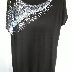 Flot bluse med palietter, viscose, str. XL. Brystvidde ca 120cm, længde 80cm.  Flot bluse Farve: Sort