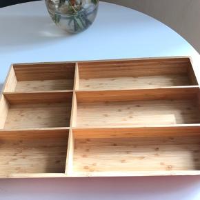 Fin bestikholder i træ som også kan bruges til organiser til makeup, smykker etc.  Mål: L: 50 B: 27 D: 5,50 Bytter ikke.  Kan hentes på Frederiksberg.