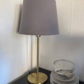 Fin lampe fra Ikea. Den har været brugt et par måneder og fejler intet. Man kan skifte skærmen til alle mulige andre (delene er købt hver for sig). Hentes i Aarhus n