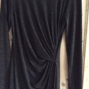 """Flot In wear kjole med flot """"rynkeeffekt"""" foran, brugt en gang. str. l men lille i str. da jeg normalt er en str m. Den er cognacfarvet med glimmer effekt"""