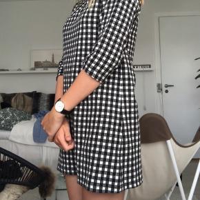 Sælger denne fine kjole fra Monki. Materialet er vild behageligt at have på. Den fejler intet og er helt som ny.  Nypris: 220 kr. Mindstepris: 40 kr. + fragt