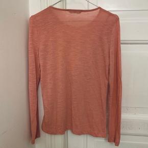 Lyserød bluse med flæse