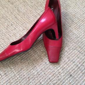 Skoene er af mærket Lola Tokio - meget lidt brugt som ses på foto. Skoene er i ægte skind