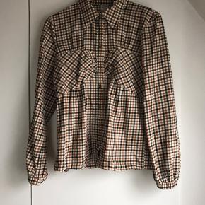 Virkelig lækker og smart skjorte med fine detaljer . Brugt en gang . Bytter ikke mp 538  incl via mobilpay