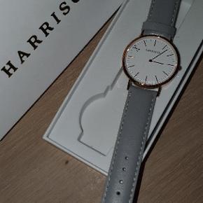 Helt ny og ubrugt Harrison dameur købt fra dit ur.dk. Uret er af dansk design og med den meget simple mulighed for ombytning af læderrem. Dette ur er faktisk en udgået model. Nypris: 995kr. Min pris: 299kr. Har selvsamme ur i rosa læderrem og begge ure kan købes til 499kr.