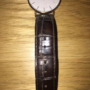 Daniel Wellington armbåndsur, brun læder, har ridser på skiven, nypris: ca. 1.200kr, BYD