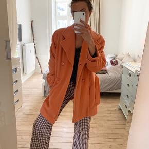 """Kalder alle orange-elskende kvinder 🧡🧡🧡 Sælger min vintage jakke købt i Paris. Har en """"vintage-lugt"""", bortset fra det fejler den ikke noget. Skønne knapper, fint orange for indeni, flot farve og dejligt materiale (der er mohair i den). Fitter str s-l, kommer an på fittet man ønsker."""