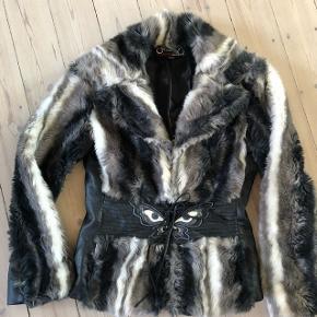 Faux fur jakke fra Miss Sixty i størrelse M. Jakken lukkes med hægter og læder snørrer. Der er læder rundt i tajlen, som fremhæver taljen og på underside af ærmerne.  Den er næsten ikke brugt, men har mest hængt i skabet.  Nypris 3.000 kr.  Bytter ikke, men er åben for bud😊