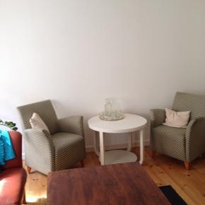 2 stole og et rundt Hvidt bord.De er så behagelig at sidde i.  Eller kom med et seriøst BUD.  Der er lidt slidtage på armlænet  Skal ses.