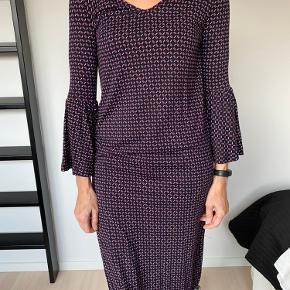 Flot kjole, brugt få gange - mærke indeni er dog klippet ud. Har flot detalje med svag ved ærmeslutning. Sælges på grund af oprydning🌸