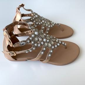 Nye smukke sandaler i rosegold. Str. 34,5.