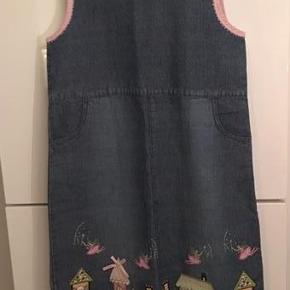 Varetype: Monsoon fest kjole Størrelse: 9-10år Farve: Se billede Oprindelig købspris: 550 kr.  En rigtig fin festkjole fra Monsoon i str. 9-10 år. Den er næsten som ny, da den kun er blevet brugt 2 gange.  Den er behagelig at have på, da det er cowboystof og man kan røre sig i den.  Kjolen har lynlåns bagpå og to skjulte lommer foran.