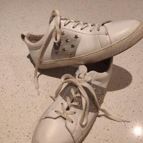 Flotte sko hvide Mangler en klud og den gode husmoder kan sikker på dem til at skinne igen.