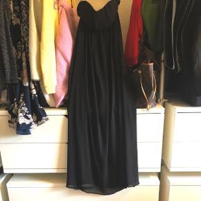 Sælger min flotte kjole da jeg har tabt mig og ikke kan passe den - brugt 1 gang 🌸Passer en 36/38  Str 38/m   Har gummikant og er vatteret så sidder flot på brystet - jeg er 165 og når gulvet når jeg har den på