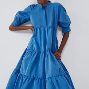 Luftig lækker kjole   Farve: Blå  Længde: til anklerne ( er selv 176 høj)  Køber betaler fragt, eller kan hente hos mig.  Skriv hvis du ønsker flere billeder eller information.