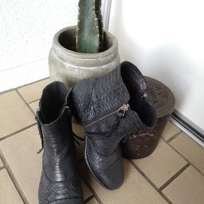 a624e92a470 Et par rigtig fine Billi Bi støvletter i krokodille look og praktiske med  lynlås i begge