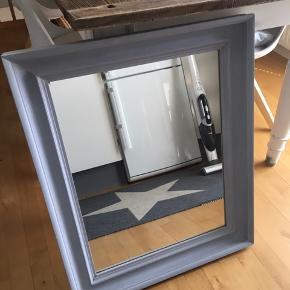 Gråmalet spejl måler 61 x 74 cm