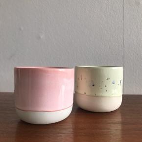 Arhøj sip cup i to forskellige farver. Perfekt til en cortado eller fyrfadslys😉 i tiptop stand. Enkeltvis 125kr. Ingen bud.